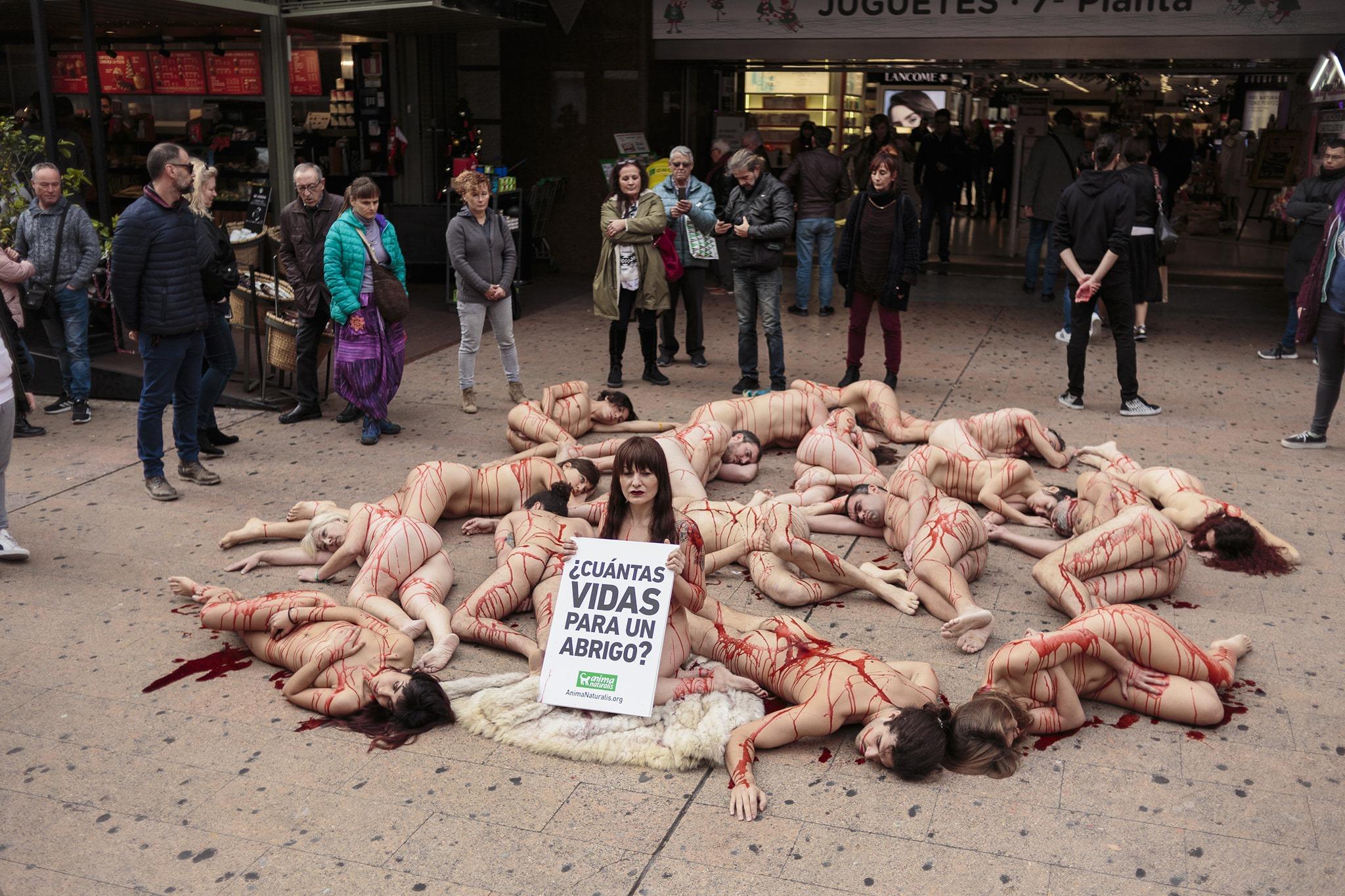 Una veintena de activistas protestan contra la venta de pieles en El Corte Inglés de Alicante