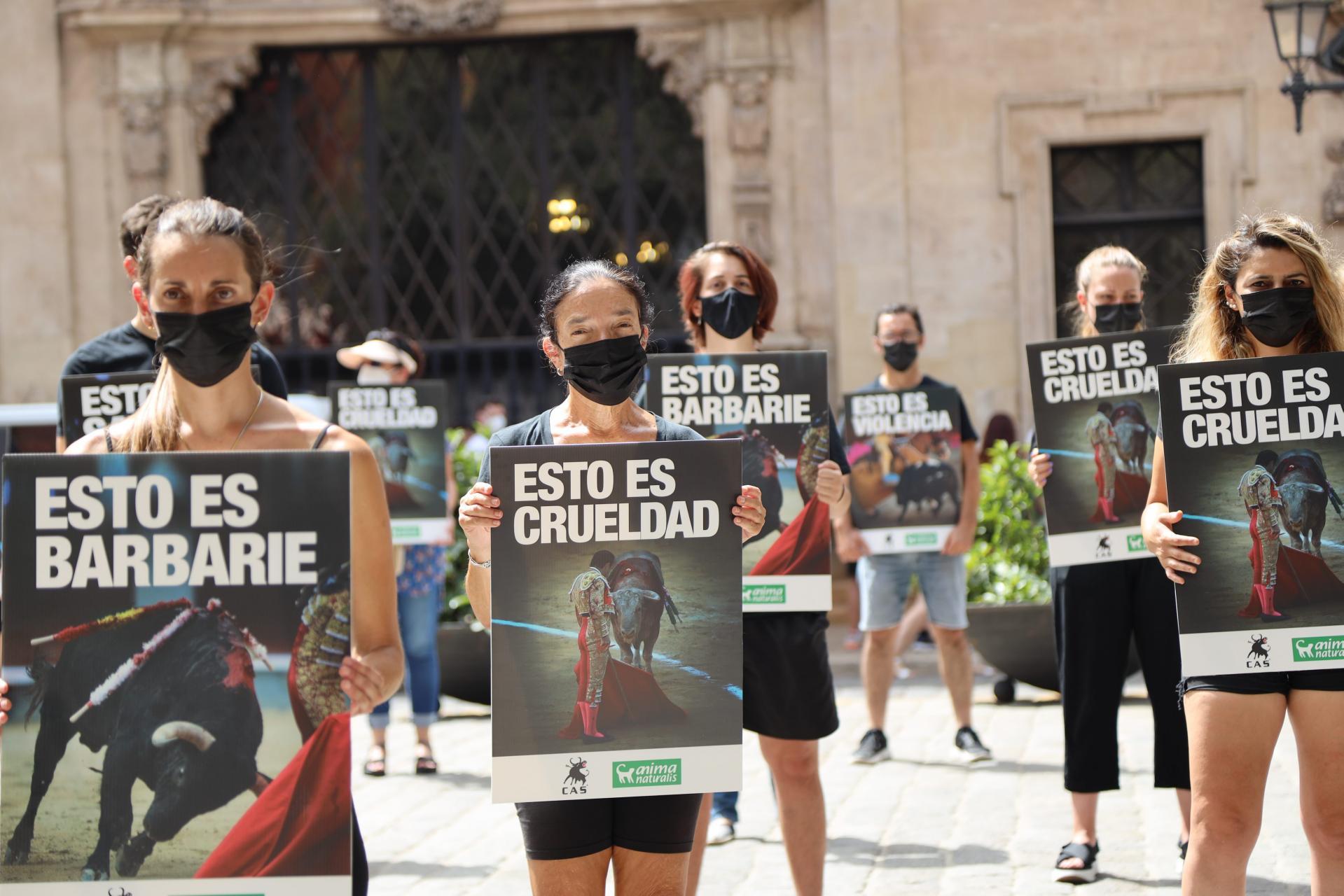 Medio centenar de activistas se manifiestan en Palma contra el regreso de las corridas de toros